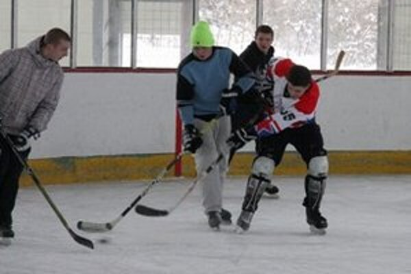 Hokejoví nadšenci sa pokúsili o 24-hodinový maratón. (RU)