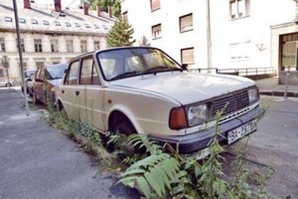 Petržalka každý mesiac vyzýva majiteľov nepojazdných áut, aby ich z verejného priestranstva odstránili