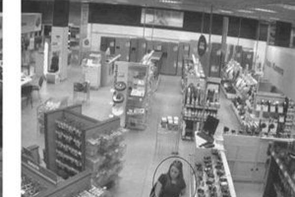 Mladá žena nakupovala bez zaplatenia