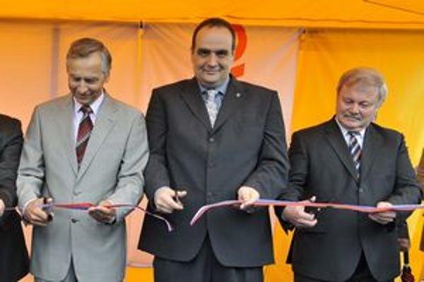 Minister dopravy, výstavby a regionálneho rozvoja SR Ján Figeľ (na snímke zľava), predseda BSK Pavol Frešo a generálny riaditeľ NDS Ján Kotuľa dnes otvorenili úsek diaľnice D2 križovatka Stupava - juh.