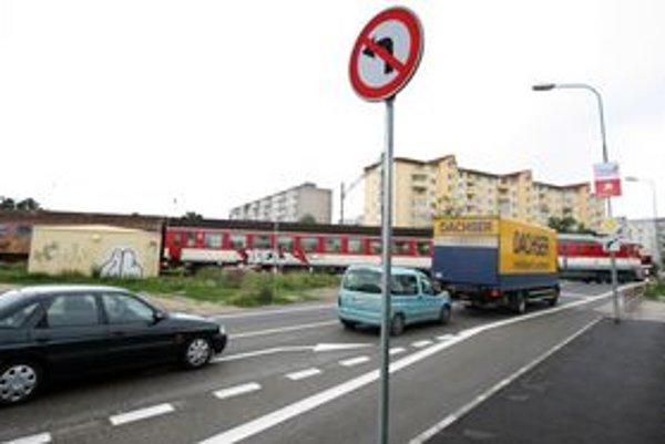 Vlak prechádza mestom. Bratislava už nechce  nebezpečné miesto riešiť nadchodom ponad železničnú trať. Navrhuje nový chodník a svetlá.