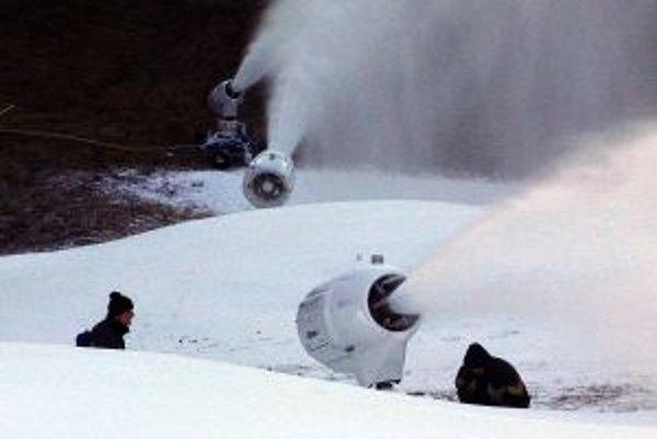 Tento rok pomohol lyžiarskej sezóne prírodný sneh a prevádzkovatelia zjazdoviek sa tak nemusia spoliehať len na umelý.