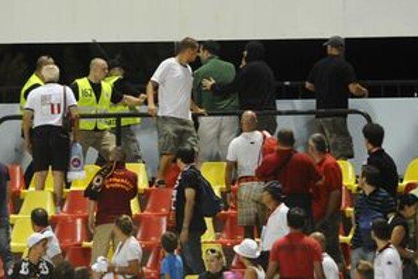 Talianski fanúšikovia sa nevpratali do kože.