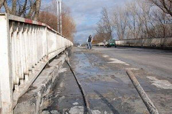 Počas opravy stabilizujú statiku aj mostné závery.