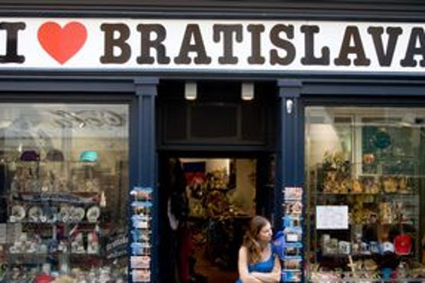 Suveníry s nápisom Slovakia, ale aj Gustav Klimt, či Homer Simpson majú turistom pripomínať návštevu Bratislavy.