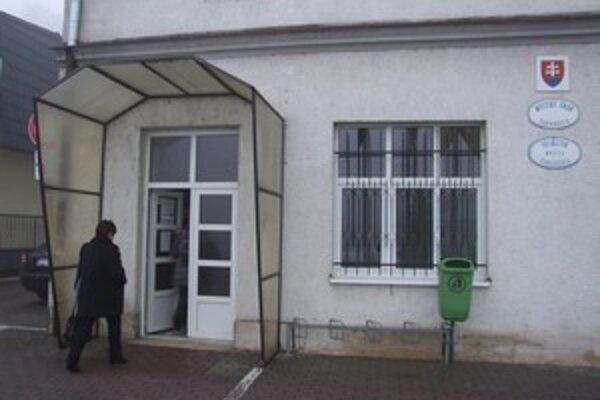 Mestský úrad v Žarnovici. Na doručovaní zásielok v rámci mesta samospráva ušetrila viac ako dvetisíc eur.