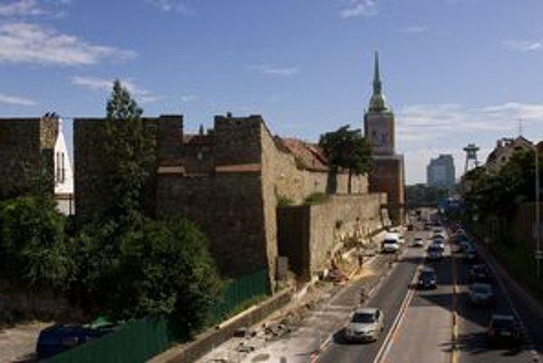 Cez leto  bola frekventovaná cesta pri Dóme sv. Martina vedúca z Nového mosta rozkopaná.