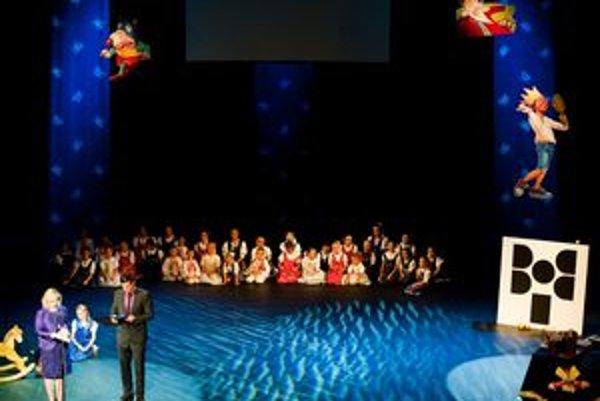 Slávnostný program na javisku vyzdobenom jablkami spestrili tance detského folklórneho súboru Klnka z bratislavskej Dúbravky.