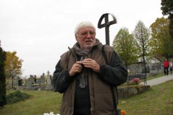 Cintorín v Nevoľnom. Akademický sochár Milan Ormandík na mieste, kde bude pietne miesto nenarodeným deťom stáť.