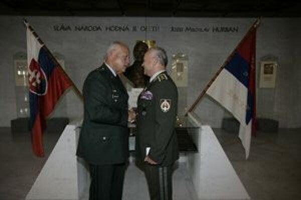 General major Roy Martin Umbarger (vľavo) riadi činnosť amerického Úradu pre obrannú spoluprácu v Bratislave. Je veliteľom Národnej gardy štátu Indiana, ktorá je partnerom Ozbrojených síl SR. Ich spolupráca výrazne prispela k vstupu SR do Severoatla