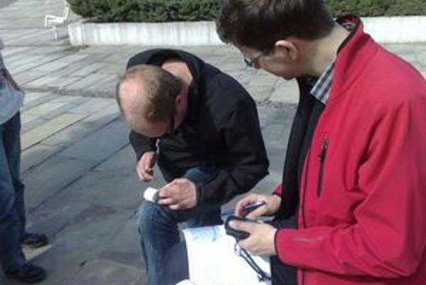 """Dvaja študenti z Nemecka prepadli geocachingu pred dvoma rokmi.S GPS navigáciou a zoznamom """"kešiek"""" spoznávali aj Bratislavu."""