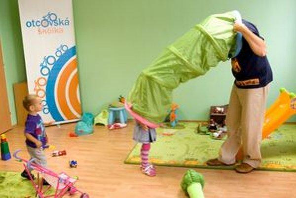 V otcovskej škôlke majú deti učiteľa aj učiteľku - simulujú kompletnú rodinu.