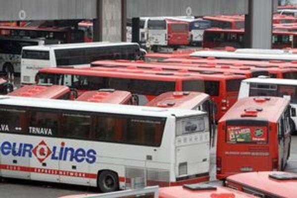 Autobusy na stanici. Cestujúci si budú môcť vybrať z dvoch liniek, ktoré spájajú letiská. Majiteľ nemôže zakazovať parkovanie iným firmám.