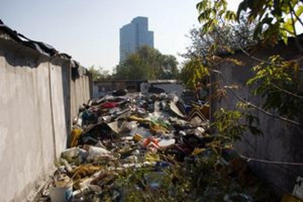 Nové Mesto odstraňovalo garáže, chce sa zbaviť smetiska a bezdomovcov. Obyvatelia sa na lokalitu dlho sťažovali.