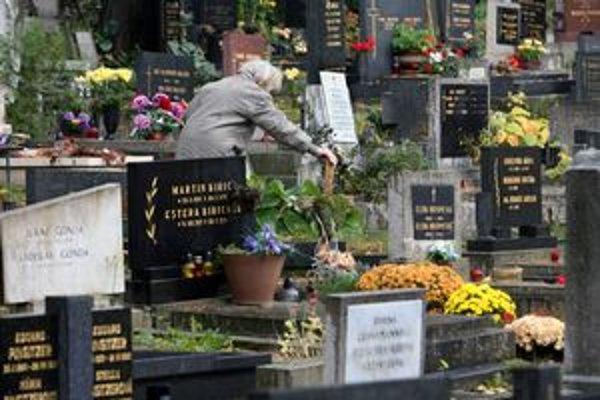 Na cintorínoch sa pohybujú zlodeji, najmä starší ľudia by nemali ostávať na cintoríne sami po zotmení.