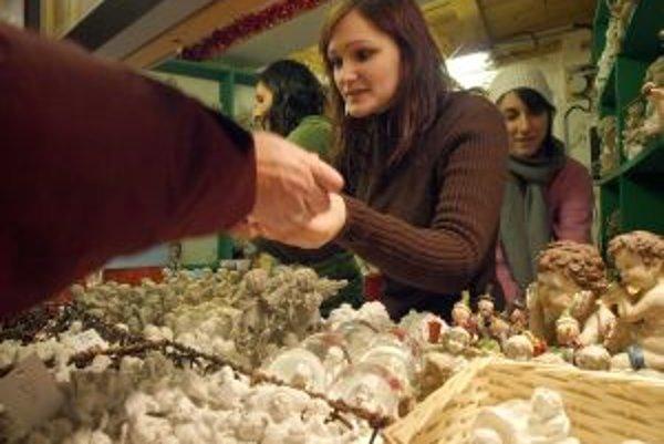 V stánkoch nájdu návštecníci jarmoku aj tradičné vianočné výrobky.