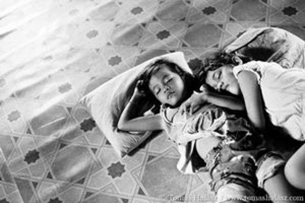 Fotoreportéri cestovali do Kambodže, kde skúmali svet nakazených detí.