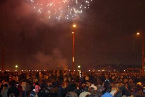 Ohňostroje privádzajú na prelome rokov do centier miest stovky ľudí.