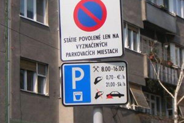 Za prvých desať mesiacov tohto roka musela bratislavská mestská polícia riešiť viac ako 5 500 dopravných priestupkov, ktoré súviseli s parkovaním.