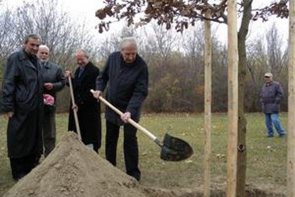 Ladislav Chudík sa sadenia stromu v roku 2009 sám zúčastnil.