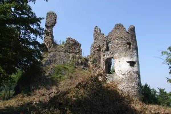 Hrad Revište. Nepatrí nikomu, jeho ruiny však stoja na pozemku štátnych lesov.