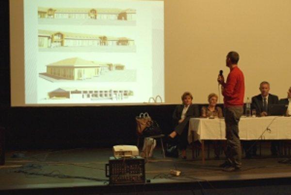 Architekt prezentuje svoj návrh na Okrúhlom stole.