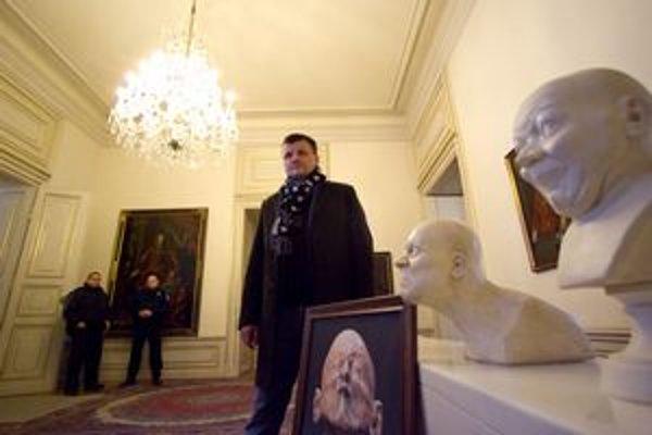 Kým autori projektu busty nemajú, aktivista Hlina ich má sedem a doniesol ich poslancom aj ukázať.