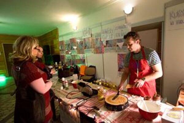 """Herec Marian Miezga pripravuje na Vianočnom bazári chalaňov """"miezgacinky"""" a vafle."""