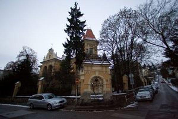 Auto odtiahli spred materskej školy na Kuzmányho ulici.