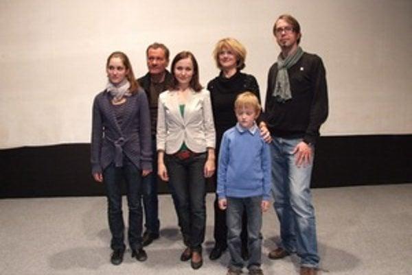 Na premiére filmu Dom v Novej Bani. Režisérka Zuzana Liová (tretia zľava) s predstaviteľmi hlavných postáv.