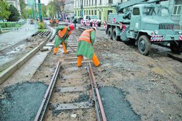 Električkovú trať opravovali na jar minulého roka. Teraz už na to nie sú peniaze.