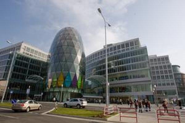 Oválna administratívna budova pripomína zmenšenú verziu londýnskej Uhorky či radnicu na nábreží Temže.