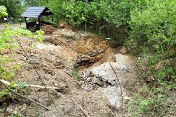 Takto vyzerali následky zosuvu z roku 2009. Jamu zastabilizovali, šéf Rudných baní však nevylučuje problémy v jej okolí.