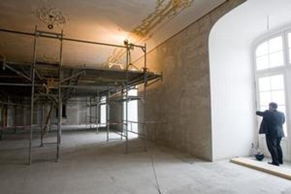 Hradný palác už nie je nový iba zvonka, obnovené sú aj všetky interiéry. Na jednotlivých poschodiach sú hotové omietky, robia sa štukatérske práce a dokončujú podlahy.