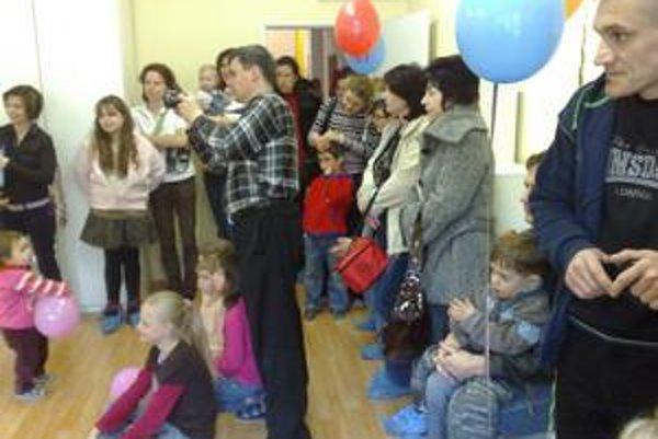 Macko oslávil narodeniny tancom, tortou i darčekmi. Nové priestory si obnovovalo samé.