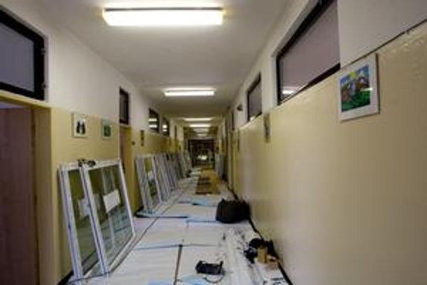 Náklady na výmenu okien pri súťažiach sú asi 85-tisíc eur, zateplenie strechy vyjde na deväťtisíc. Na ZŠ Pankúchova vymieňajú okná, rekonštruujú sa aj školy na Tupolevovej, Turnianskej, na Nobelovom námestí sa robí aj strecha.