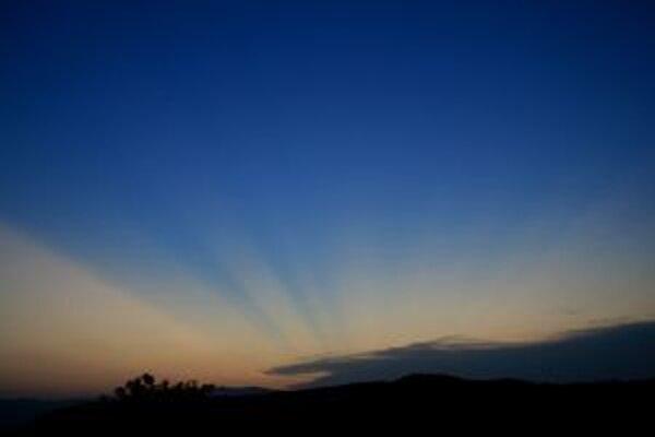 Nezvyčajné lúče. Objavili sa počas večerného súmraku, keď už Slnko bolo pod obzorom, a siahali vysoko do oblohy. Spôsobil ich sopečný prach.