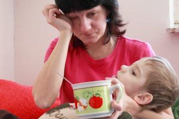 Lenka Boháčová a jej ťažko zdravotne postihnutý osemročný syn Roman. Za dlhoročné neplatenie nájomného hrozí, že skončia na ulici.