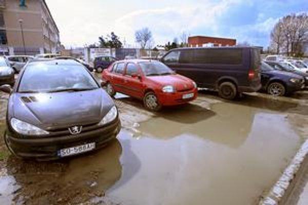 Takto sa parkuje v Bratislave v okolí nových bizniscentier. Manažéri v oblekoch a pracovníčky v ihličkách zaparkujú, kde sa im podarí a idú cez mláky a blato do práce.
