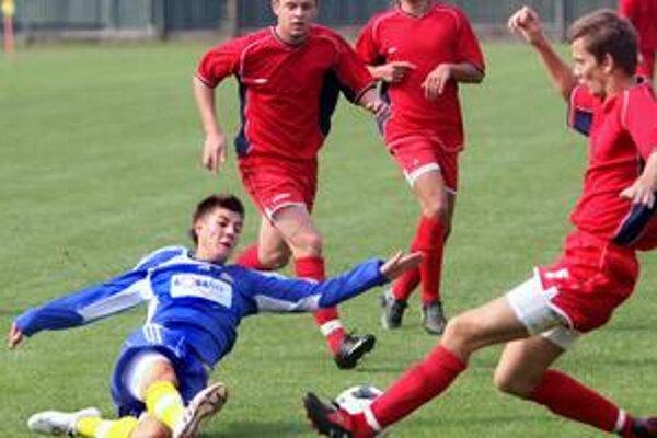 Hráči ŠKP Dúbravka (v červených dresoch) prehrali v dohrávanom stretnutí 18. kola III. futbalovej ligy s FC Ružinov 1:5.