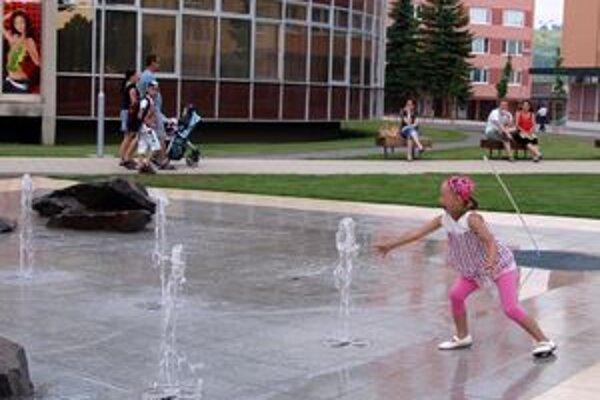 Problém nie je v ľuďoch, ktorí sa vo fontáne osviežujú, ale v tých, ktorí tam nosia nečistoty. Tvrdí hovorca mesta Martin Baláž.