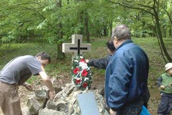 Pomník na pamiatku 82 obetí leteckého nešťastia.