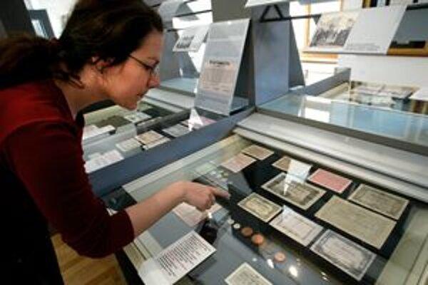 Bedeker poskytuje aj informácie o tom, aké múzeá a pamätihodnosti možno v Kremnici navštíviť. Na fotke je jedna z expozícií NBS - Múzea mincí a medailí.