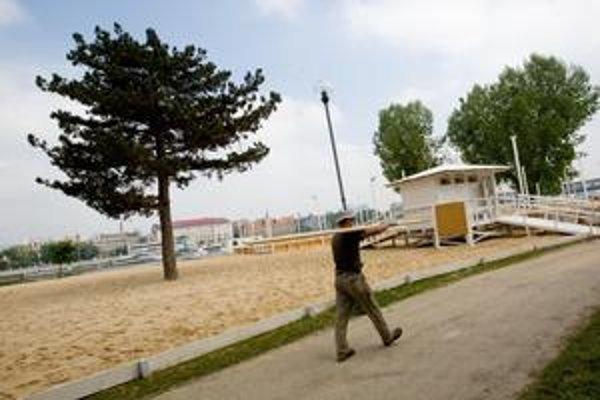 Pláž na Tyršovom nábreží, ktorá je miestom oddychu, športových aktivít a zábavy, otvoria už štvrtý raz. Pribudnú viaceré novinky - väčšie ihriská na plážový volejbal, futbal, stolný tenis, bedminton, petang a frisbee, priestrannejšie sprchy i atrakcie pre