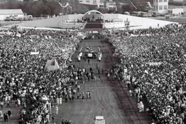 Pápež Ján pavol II. vo Vajnoroch v roku 1990.