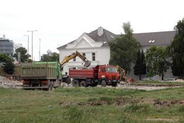 Školský areál, ktorý chcelo postaviť gymnázium, zatiaľ nebude. Mesto škole nepredĺžilo nájom pozemkov, tvrdí, že nesplnili podmienky zmluvy.