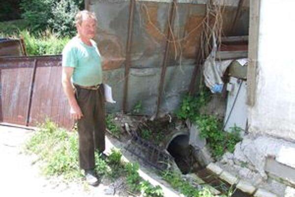 Dušan Danko. Pri problémovej bystrine. Tvrdí, že počas záchranných prác mu poškodili izoláciu budovy a teraz ho vytápa.