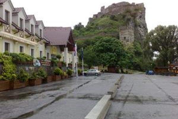 Na parkovisku pod hradom Devín pri prístupe k národnej kultúrnej pamiatke stoja betónové zábrany. Majiteľ pozemku ich rozloženie vysvetľuje kultúrnou akciou.