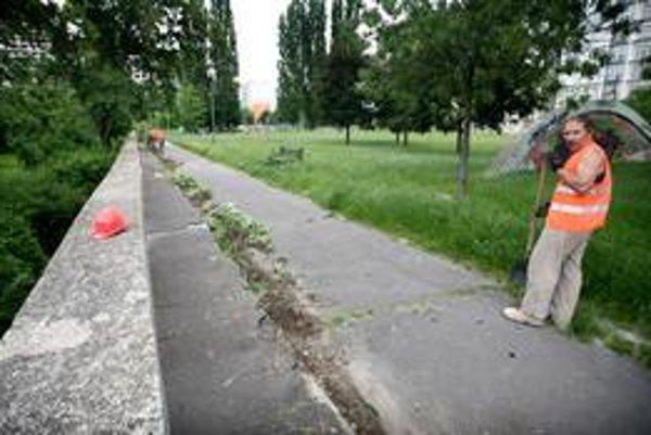 Rekonštrukcia parku na Rumančekovej sa začala minulý týždeň, platí ju súkromný investor sporného komplexu Retro. Celý park má byť obnovený do konca augusta.