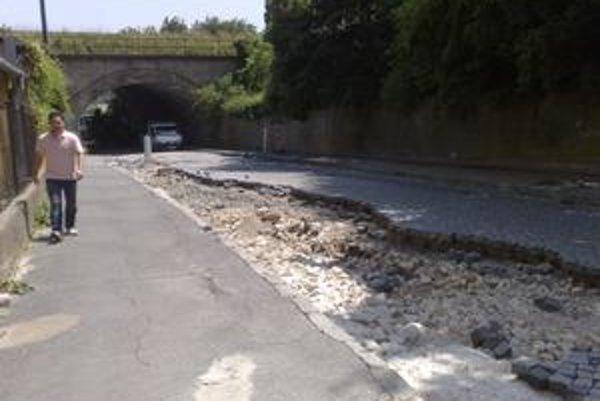 Sliačska ulica síce nie je  úplne uzavretá, no prenosné dopravné značenie a rozbitá cesta bránia v plynulej jazde.